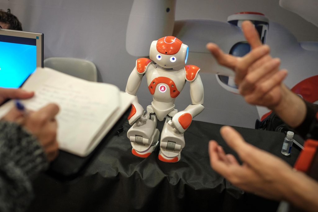 """Se está celebrando en la Salle el Congreso de Robótica Social. En la imagen el robot terapeuta """" Jordi"""" basado en un modelo Nao. Foto David Airob"""